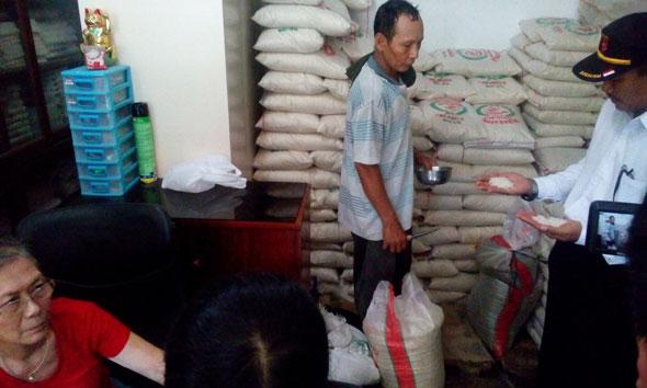 Polisi dan Pemerintah Sisir Beras Plastik di Rembang
