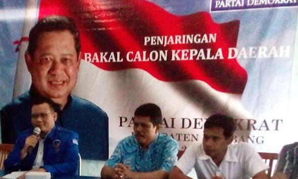 Ketua Tim Penjaringan Bakal Cabup-Cawabup Rembang dari Partai Demokrat Moch Charis Kurniawan saat sesi jumpa pers di Kantor DPC Partai Demokrat di Jalan Blimbing Magersari, Rembang, Senin ( 4/4/2015). (Foto: Pujianto)