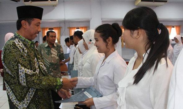 Pegawai tetap baru non-PNS di RSUD dr R Soetrasno ketika menerima SK pengangkatan dari Bupati Rembang Abdul Hafidz, Sabtu (30/5/2015) pagi. (Foto: Pujianto)
