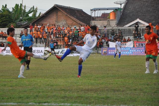 Kusen Riandi (kiri) berebut bola dengan salah seorang pemain PSIS Semarang pada laga perdana turnamen Piala Bergilir Polda Jawa Tengah di Stadion Krida Rembang, Rabu (27/5/2015) petang. (Foto: Pujianto)