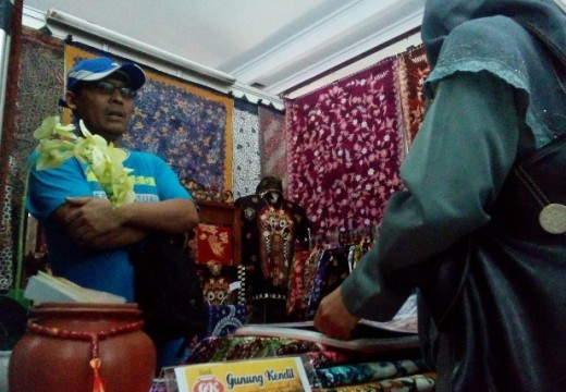 Perajin Batik Tulis Lasem Comot Corak Bali