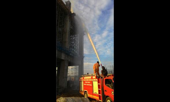 Bekisting Gedung Calon Pabrik Semen Rembang Terbakar