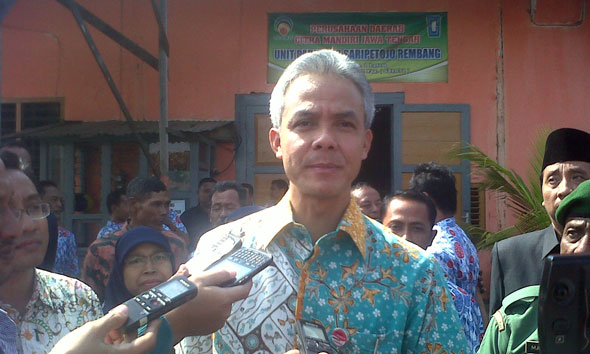 Gubernur Ganjar Pranowo seusai mengunjungi pabrik es Saripetojo Rembang di Jalan Pasar Nomor 1 Lasem, Kamis (2/7/2015) pagi. (Foto: Pujianto)
