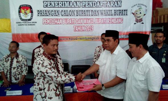 Hamzah Fatoni menyerahkan berkas pendaftaran sebagai calon bupati Rembang kepada Ketua KPU Rembang Minanus Suud di Kantor KPU setempat, Selasa (28/7/2015) siang. (Foto: Pujianto)