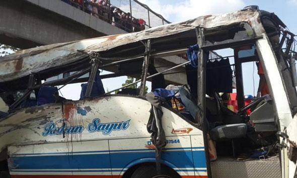 Bus Rukun Sayur menabrak pembatas jalan di KM 202 Tol Palikanci, Jawa Barat, Senin (14/7/2015). (Foto. kompas.com)