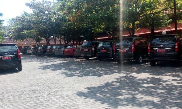Mobil dinas yang terparkir hampir tiap hari di areal Kantor Pemkab Rembang. (Foto: Pujianto)