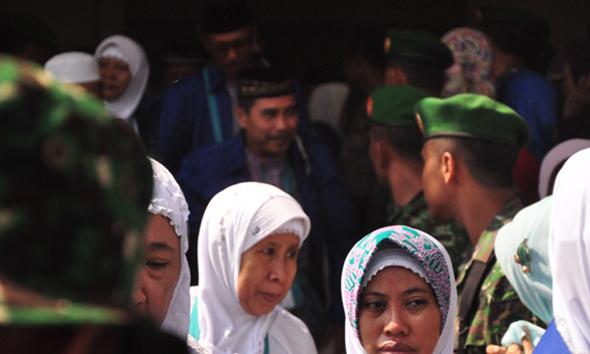 Jemaah calon haji asal Kabupaten Rembang, Rabu (26/8/2015) pagi, sudah berangkat ke Embarkasi Haji Donohudan Boyolali. (Foto: Pujianto)