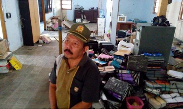 Kepala Satpol PP Rembang Slamet Riyadi sejenak menghela nafas ketika mengemas barang-barang di kantor lamanya untuk dipindah ke kantor yang baru, Jumat (14/8/2015) pagi. (Foto: Pujianto)