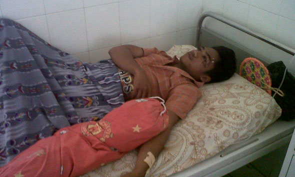 Korban pengeroyokan Suparno yang mengalami luka pada kepala dan mukanya. (Foto: mataairradio.com)