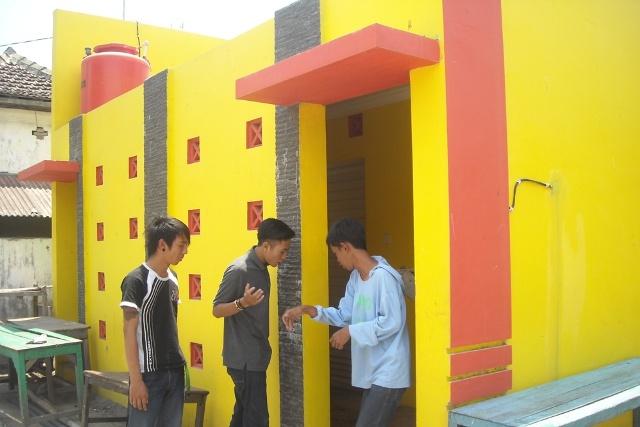 Toilet tak berfungsi di sisi barat Alun-alun Rembang. (Foto: Pujianto)