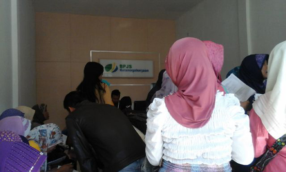Suasana pengajuan pencairan dana jaminan hari tua di Kantor BPJS Kesehatan Rembang, Kamis (3/9/2015) pagi. (Foto: Pujianto)