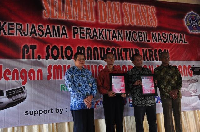 Kepala SMK Muhammadiyah Rembang Parno (dua dari kiri) bersama Komisaris PT SMK Joko Sutrisno (dua dari kanan) menunjukkan piagam MoU perakitan mobil niaga Bima Esemka di SMK Muhammadiyah Rembang, Kamis (17/9/2015). (Foto: Pujianto)