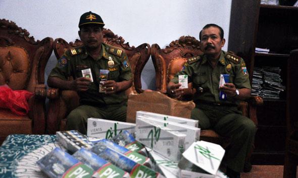 Polisi Pamong Praja Sita Ratusan Pak Rokok Ilegal