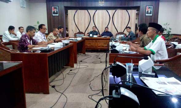 Delapan orang petani tembakau dari Asosiasi Petani Tembakau Indonesia (APTI) Rembang mendatangi Gedung DPRD setempat, Rabu (21/10/2015) pagi.  (Foto: Pujianto)