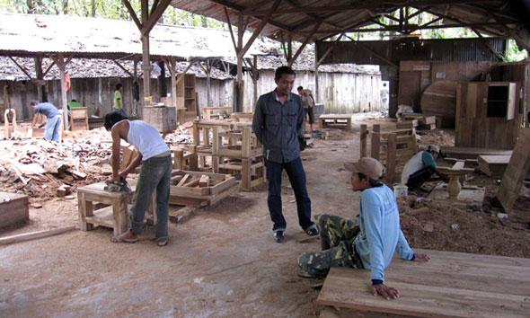 Bos PT Sasana Antik, Arifin, berdiskusi ringan dengan salah satu pekerjanya, belum lama inbi. (Foto: mataairradio.com)