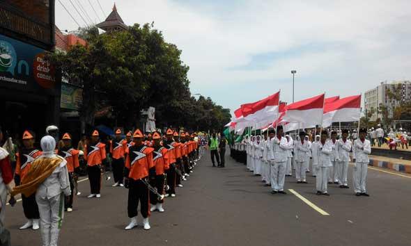 Barisan pertama kirab resolusi jihad dalam rangka menyongsong Hari Santri Nasional diawali oleh pembawa bendera merah putih dan panji Nahdlatul Ulama beserta panji dari badan otonom NU seperti GP Ansor dan IPNU. (Foto: Wahyu Salvana)