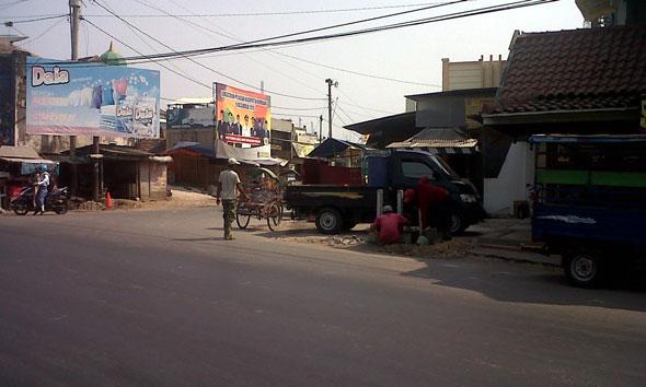 Pemasangan traffic light di pertigaan Sarang Kabupaten Rembang yang merupakan akses menuju Pasar Sarang. (Foto: mataairradio.com)