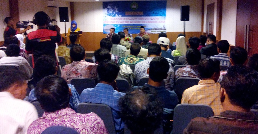 "Seminar bertajuk ""Resolusi Konflik Pengelolaan Sumber Daya Kelautan: Mewujudkan Kesejahteraan Masyarakat dan Kemandirian Ekonomi"" di Flamboyan Meeting Room Hotel Fave Rembang, Jumat (30/10/2015) pagi. (Foto: Pujianto)"