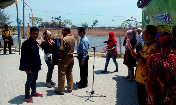 Pelepasan peserta KKU STIE YPPI Rembang oleh Kepala Disperindagkop dan UMKM Rembang Muntoha, Selasa (13/10/2015) pagi. (Foto: Pujianto)