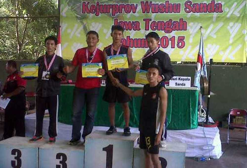 Atlet wushu Rembang ketika menerima medali emas di ajang Kejurprov Jateng cabang wushu, baru-baru ini. (Foto: rembangdaily.com)