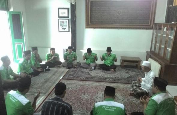 Belasan pengurus PC GP Ansor Rembang doa bersama KH Ahmad Mustofa Bisri di kediaman beliau di kompleks Pesantren Raudlatut Thalibin, Leteh, Rembang, Rabu (25/11/2015) pagi. (Foto: Pujianto)