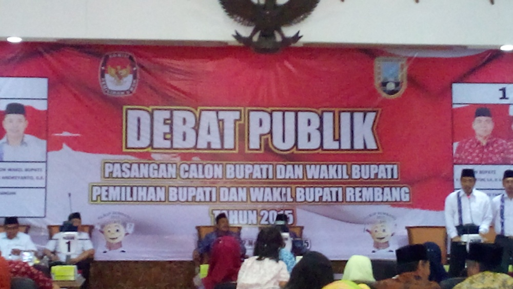 Debat kandidat kepala daerah Rembang yang digelar KPU setempat di Ruang Rapat Paripurna DPRD Rembang, Senin (2/11/2015) pagi. (Foto: Pujianto)