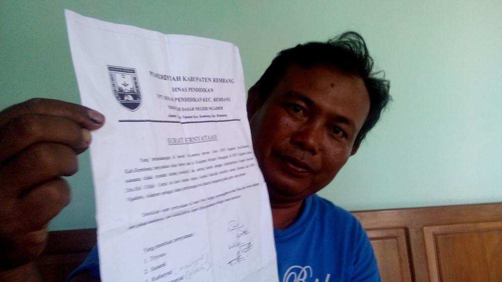 Ketua Komite SD Negeri Ngadem Kecamatan Rembang, Parman menunjukkan surat pernyataan yang dibuat lima guru terkait permintaan mereka agar kepala sekolah setempat diganti atau dipindah. (Foto: Pujianto)