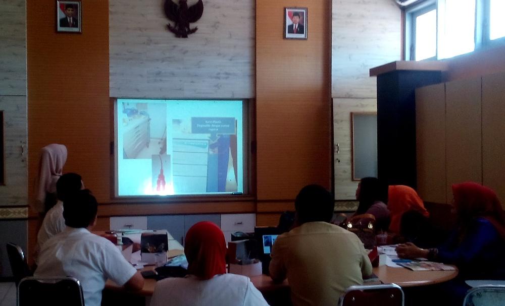 Salah seorang presentator dari RSUD dr R Soetrasno Rembang memberikan penjelasan kepada tim dari RSUD Tengku Mansyur Tanjung Balai, Sumatera Utara. (Foto: Pujianto)