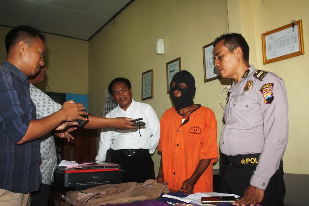 Skt (42) (tengah) saat gelar perkara di Unit PPA Satreskrim Polres Rembang, Senin (9/11/2015) siang. (Foto: Pujianto)