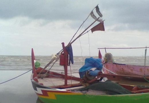 Cuaca Masih Buruk, Nelayan Curi-curi Kesempatan Melaut