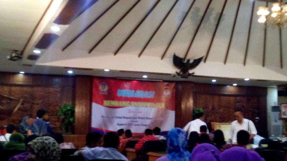 Deklarasi Rembang Taat Pajak yang digelar bagi para calon kepala daerah Rembang, seusai debat kandidat sesi II di Ruang Rapat DPRD setempat, Kamis (3/12/2015) siang. (Foto: Pujianto)