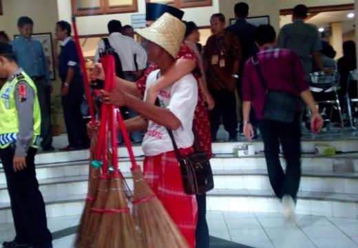 Calon Bupati Rembang Dikado Sapu Lidi Usai Debat