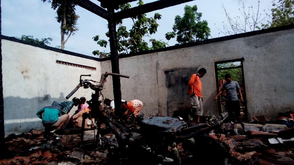 Sepeda motor yang tinggal rangka akibat rumah ludes terbakar milik keluarga Jamil, warga RT 1 RW 1 Desa Krikilan Kecamatan Sumber, Jumat (11/12/2015) malam. (Foto: Pujianto)