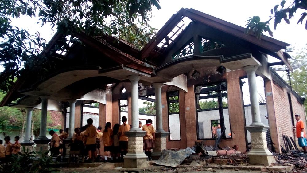 Kondisi rumah keluarga Jamil di RT 1 RW 1 Desa Krikilan Kecamatan Sumber, Sabtu (12/12/2015) pagi. (Foto: Pujianto)