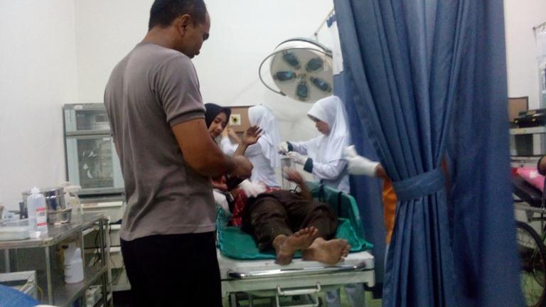 Korban kecelakaan di Jalur Pantura Rembang dekat kantor pos setempat, Jumat (25/12/2015), ketika dirawat di UGD RSUD dr R Soetrasno. (Foto: Pujianto)