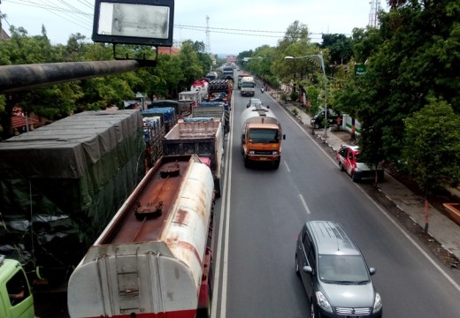 Arus Lalu-lintas Pantura Rembang Macet Parah