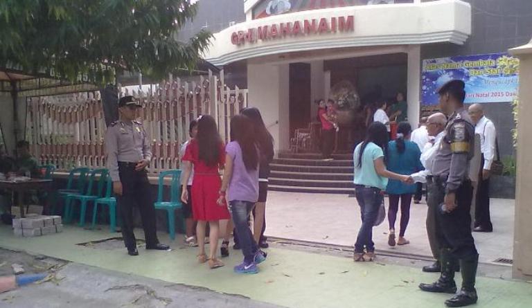 Jemaah mulai memasuki Gereja Mahanaim di bilangan Jalan Kartini Rembang, pasca-sterilisasi, Kamis (24/12/2015) sore. (Foto: Mukhammad Fadlil)