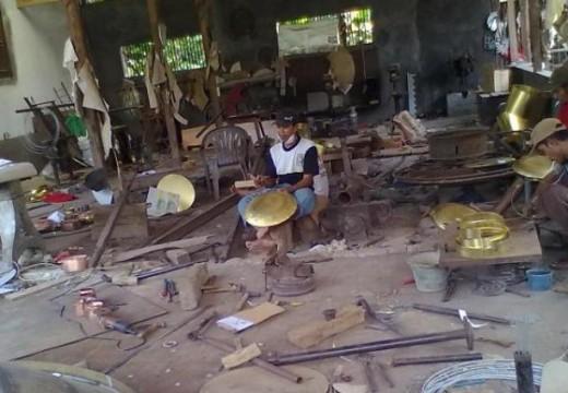 Perajin Kuningan Jolotundo Ingin Diperhatikan Seperti Batik
