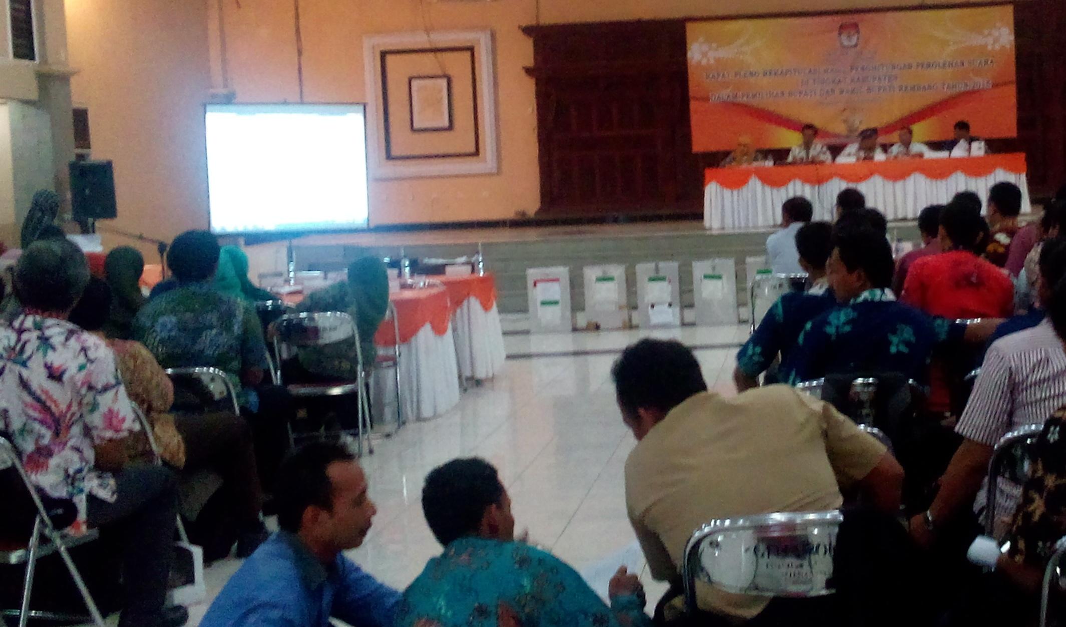 Suasana rekapitulasi hasil penghitungan perolehan suara di tingkat kabupaten pada Pemilihan Bupati dan Wakil Bupati Rembang tahun 2015 di Aula Hotel Puri Indah, Rabu (16/12/2015) siang. (Foto: Pujianto)