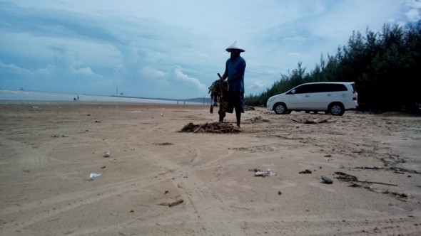 Baratan, Pantai Caruban Dipenuhi Sampah Kiriman