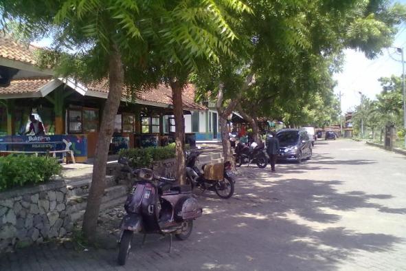 Situasi tingkat kunjungan di sentra penjualan lontong tuyuhan di Desa Tuyuhan Kecamatan Pancur, baru-baru ini. (Foto: Mukhammad Fadlil)