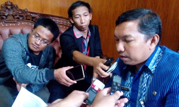 Kepala Dinas Kesehatan Rembang Ali Syofii saat memberikan keterangan pers, Rabu (20/1/2016) siang. (Foto: Pujianto)