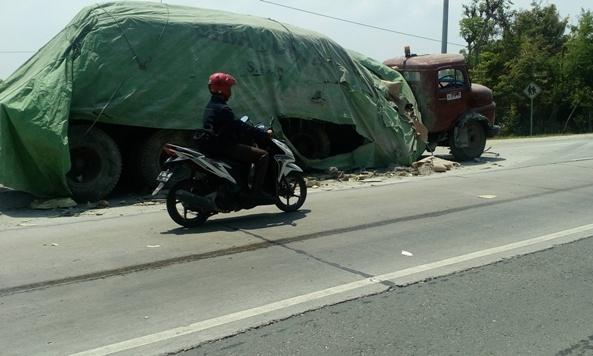 Kecelakaan yang melibatkan truk pengangkut es krim dengan trailer bermuatan semen di Jalur Pantura wilayah Desa Tambakagung Kecamatan Kaliori, Jumat (8/1/2016) pagi sekitar pukul 06.00 WIB. (Foto: Pujianto)