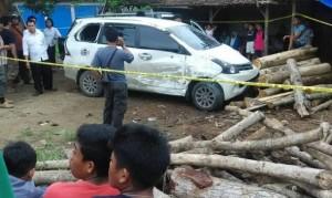 Mobil jenis Toyota Avanza warna putih dengan nomor polisi bernomor polisi S 1243 JL yang menabrak tumpukan kayu dan diabadikan gambarnya oleh warga setempat. (Foto: Akun Facebook Faiz Hati Bersinar)