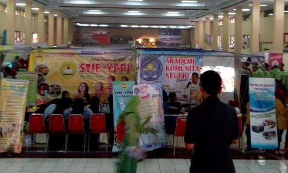 Para calon lulusan SMA sederajat di Rembang berjejal di arena pameran pendidikan di Balai Kartini Rembang, Rabu (27/1/2016) pagi. (Foto: Pujianto)