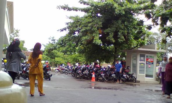 Penampakan parkir di dekat pintu keluar areal RSUD dr R Soetrasno Rembang, Sabtu (23/1/2016). (Foto: Mukhammad Fadlil)