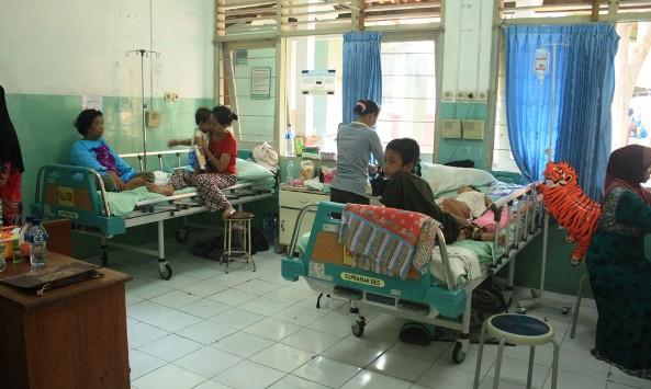 Sejumlah pasien dari kalangan anak-anak tampak menjalani perawatan di RSUD dr R Soetrasno Rembang, Selasa (19/1/2016) pagi. (Foto: Pujianto)