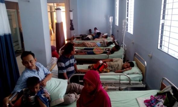 Sejumlah pasien dirawat di Ruang Tunggu Ruangan Ortopedi pada Paviliun Kartini RSUD dr R Soetrasno Rembang, Kamis (28/1/2016) pagi. (Foto: Pujianto)
