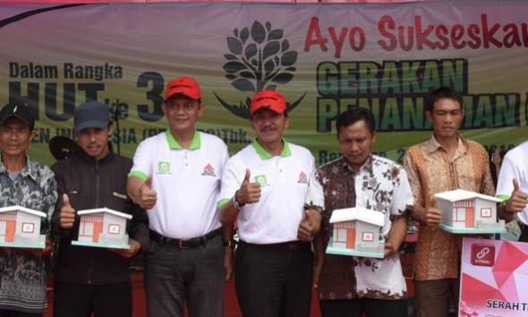 Pj Bupati Rembang Suko Mardiono (tiga dari kiri) seusai menyerahkan secara simbolik pohon penghijauan dan perbaikan rumah tak layak huni di Desa Tegaldowo Kecamatan Gunem, Selasa (26/1/2016) pagi. (Foto: Bagian Humas Setda Rembang)