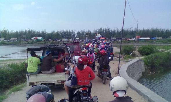 Situasi akses masuk ke Pantai Karangjahe di Desa Punjulharjo Kecamatan Rembang, Jumat (1/1/2016) siang. (Foto: Mukhammad Fadlil)